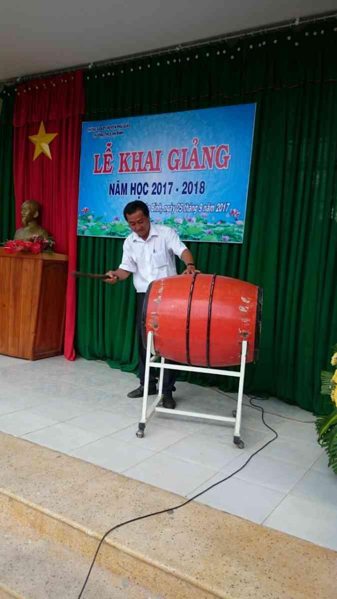 Thầy Nguyễn văn Quyên – Bí thư chi bộ, hiệu trưởng nhà trường đánh hồi trống khai trường – báo hiệu năm học mới bắt đầu