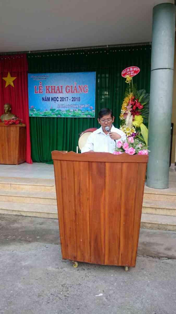 Ông Nguyễn Văn Liêm đọc thư chủ tịch nước Trần Đại Quang gửi ngành giáo dục nhân ngày lễ khai giảng.