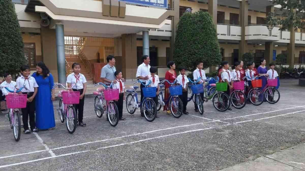 Tặng xe cho các em Học sinh